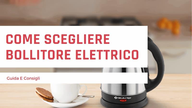 """Scritta rossa """"Come scegliere bollitore elettrico guida e consigli"""" su sfondo bianco con immagine di sfondo di un bollitore elettrico su un tavolo con una tazza e dei biscotti"""